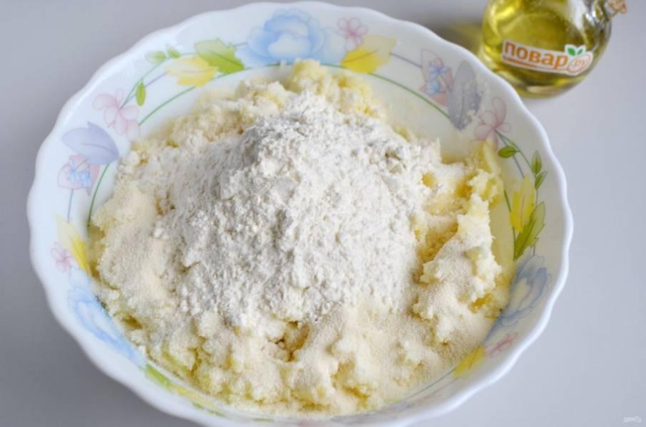 5. В теплое пюре положите манку и муку. Очень хорошо перемешайте руками тесто.