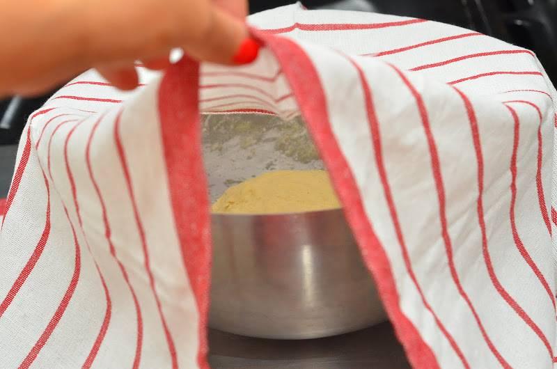 Руками замешиваем тесто, формируя шарик. Накрываем его полотенцем, оставляем в теплом месте на 1 час.