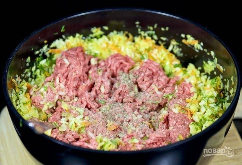 8.Добавьте к овощам готовый фарш (или предварительно перекрутите мясо).