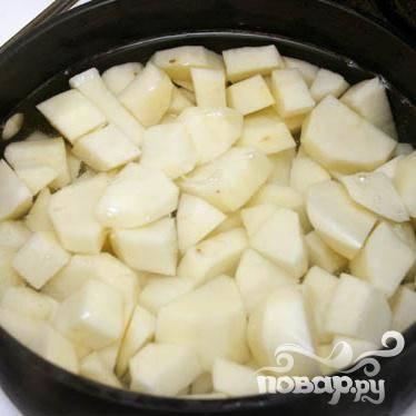 Хорошенько вымойте и почистите картофель. Нарежьте и закиньте в кастрюлю. Залейте водой.