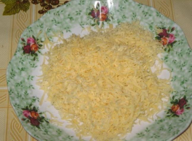 Сыр натрите на терке.