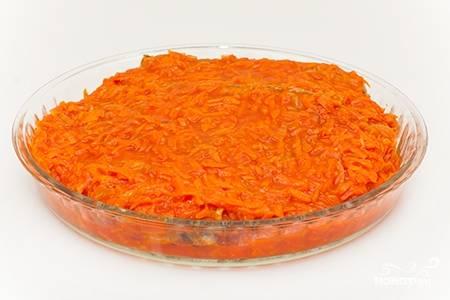 Для приготовления маринада на 3 столовых ложкам растительного масла обжарьте нарезанный полукольцами лук и натертую на крупной терке морковь. Добавьте томатную пасту, уксус, обжаривайте 3 минуты и затем влейте горячую воду. Добавьте соль, специи, сахар и снимите с огня. Рыбу залейте маринадом и поставьте в духовку на 5-10 минут.