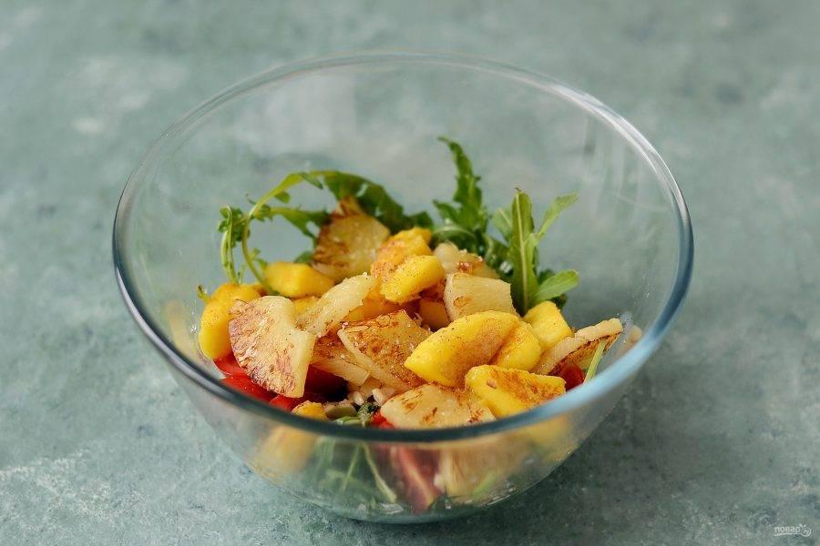 Соедините все ингредиенты вместе. Заправьте салат лимонным соком и оливковым маслом, посолите и поперчите по вкусу. Аккуратно перемешайте.
