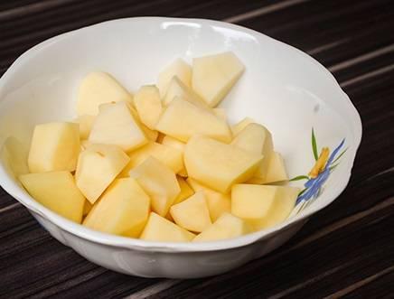 2. Картофель вымойте, очистите и так же нарежьте.
