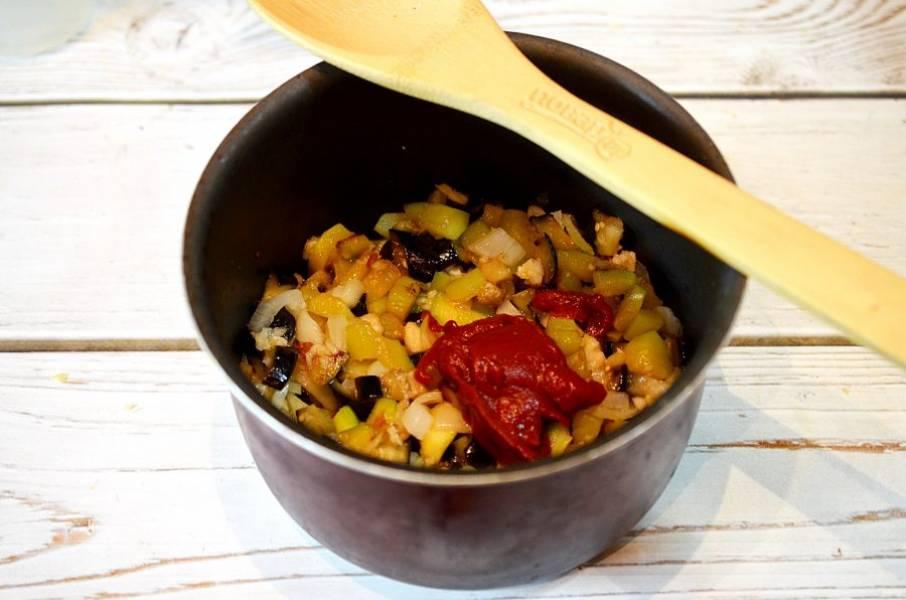 5. Добавьте соль, сахар, уксус, томатную пасту и тушите на небольшом огне около 30 минут.