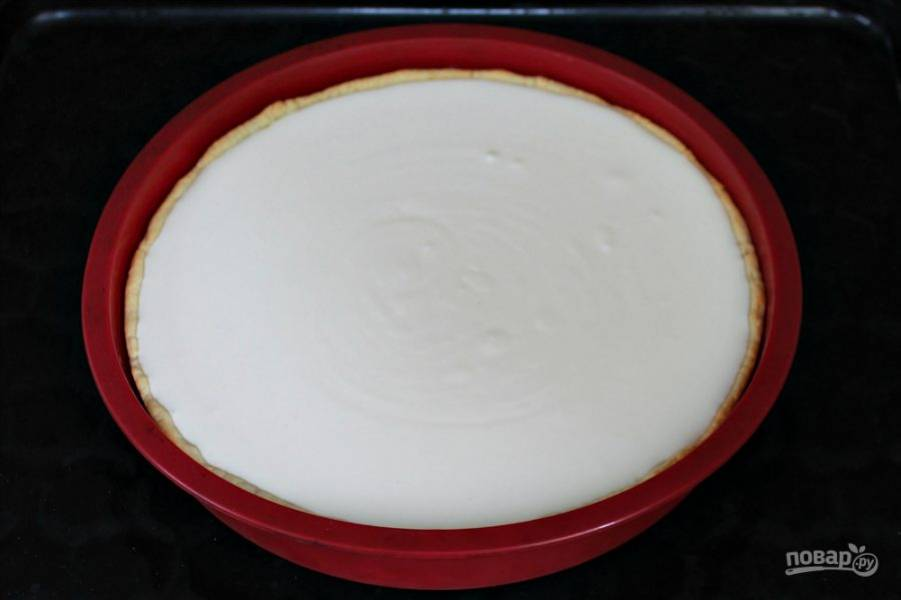 Наполняем пирог начинкой и отправляем в духовку на 40 минут. Температура выпекания 170 градусов. Когда начинка поднимется можно снизить температуру до 160 градусов.