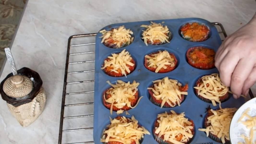 Спустя полчаса, достаньте наши корзиночки, сверху присыпьте сыром и отправьте опять в духовку на 10-15 минут до появления румяной корочки.