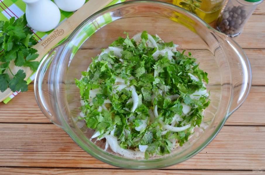 Лук порежьте тонко полукольцами, вымойте зелень и порубите мелко ножом. Равномерно распределите поверх сыра лук и зелень. Присыпьте черным молотым перцем или смесью перцев.