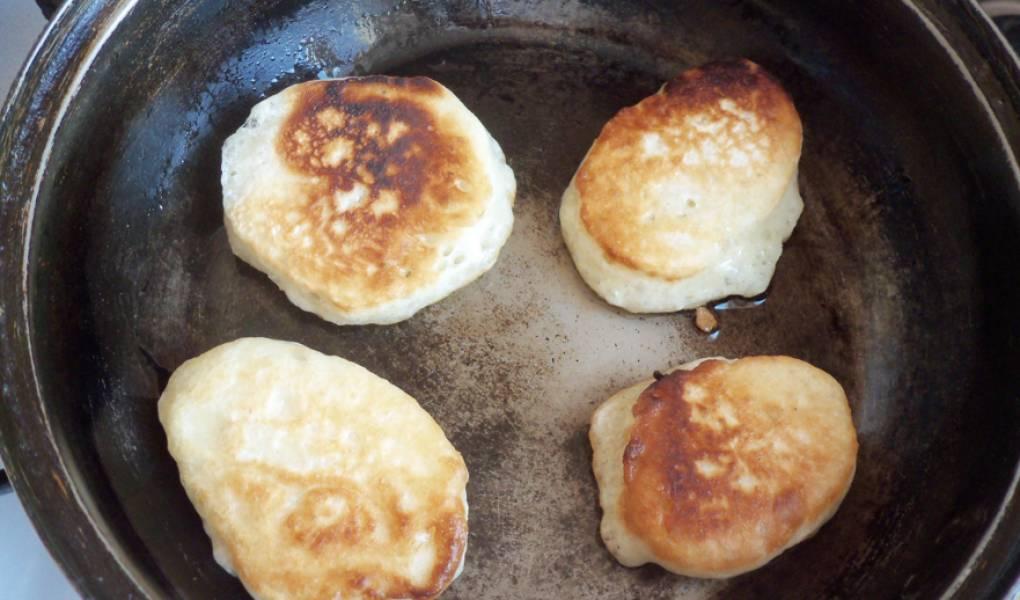 2. Оставим тесто в теплом месте без сквозняков на полчаса. Через полчаса обминаем его и начинаем печь оладьи!
