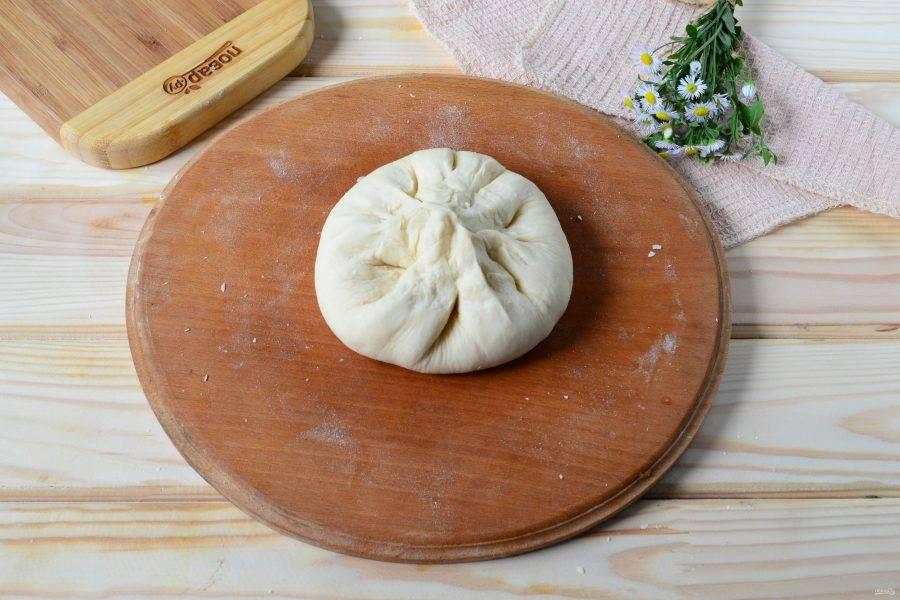 Подверните края теста и защепите, чтобы образовался «мешочек». Хорошенько скрепите тесто, чтобы при раскатывании оно не разлезлось и начинка не оказалась сверху.