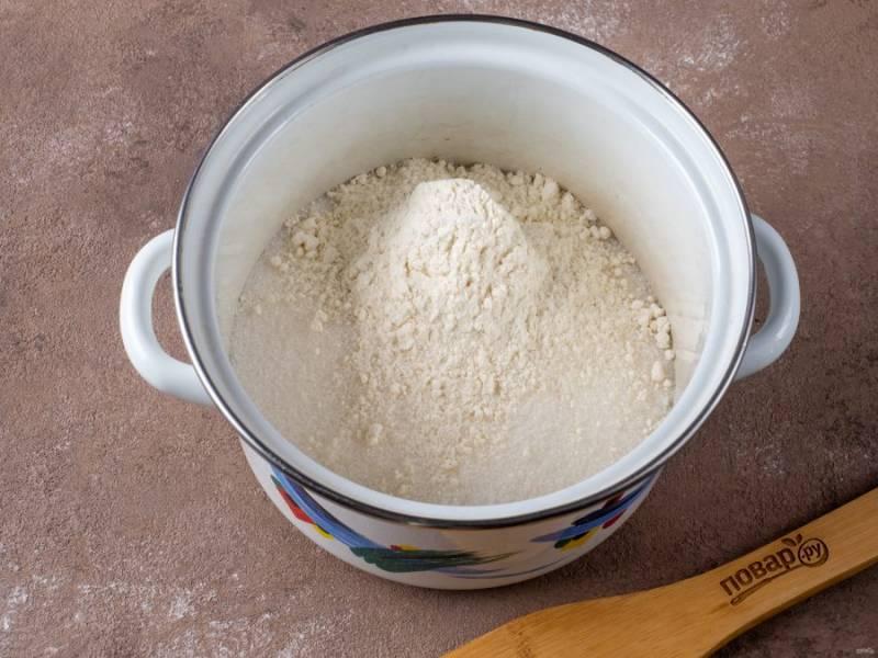 Пока тесто охлаждается, начните готовить крем. В кастрюлю всыпьте 2 стакана сахара и 3 ст.л. муки.