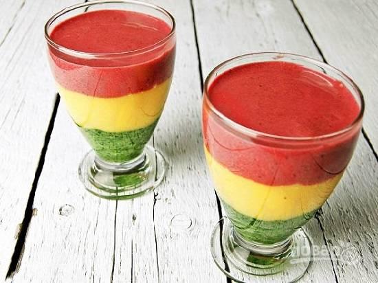 И вот такой яркий и красочный коктейль у нас получится. Густоту напитка регулируйте по вкусу, добавляя любой сок.