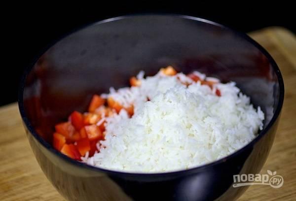 5. Добавьте отваренный и остывший рис.