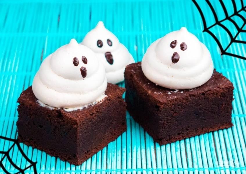 Шоколадный брауни с привидениями