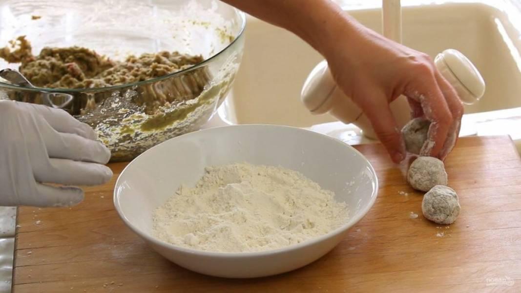6. Затем формируйте из фарша тефтели и обваляйте их в муке.