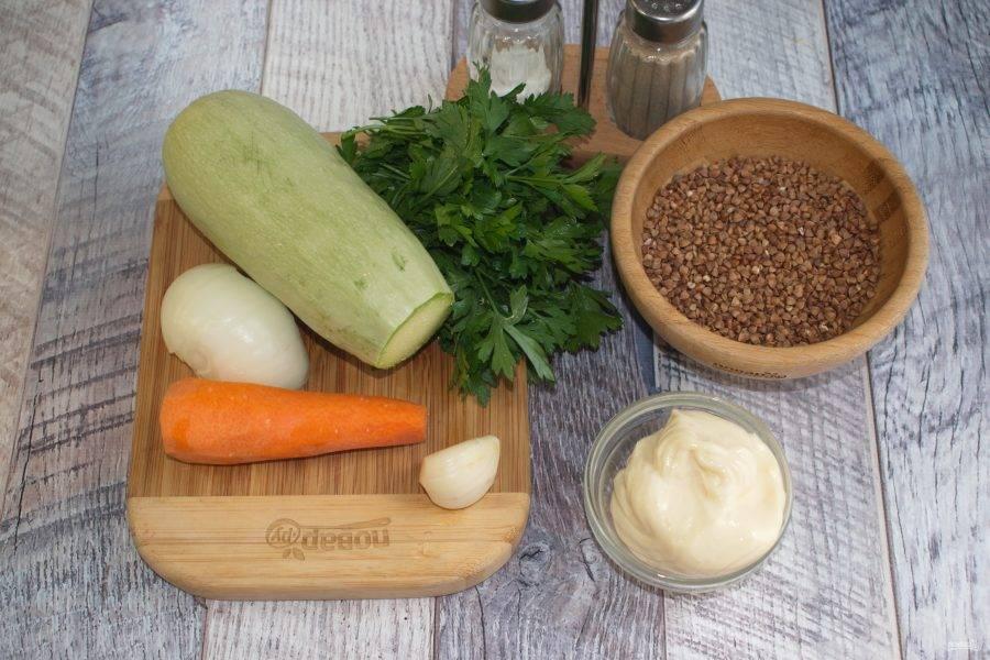Овощи и зелень вымойте. Морковь, лук и чеснок очистите. Крупу промойте в прохладной воде.