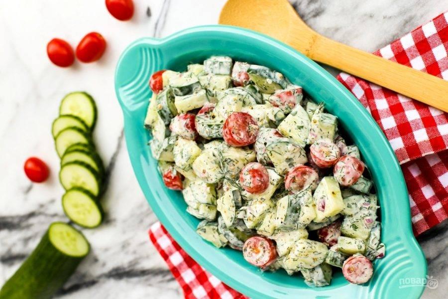 Смешайте в салатнице овощи и заправку. Салат готов! Приятного аппетита!