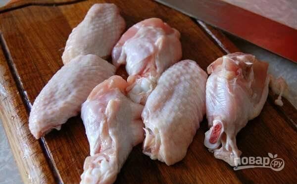Крылышки промойте и разделите на 3 фаланги. Последнюю удалите. В кастрюле вскипятите 3 литра воды с солью. Закиньте курицу на 3 минуты, затем сразу достаньте и промойте.