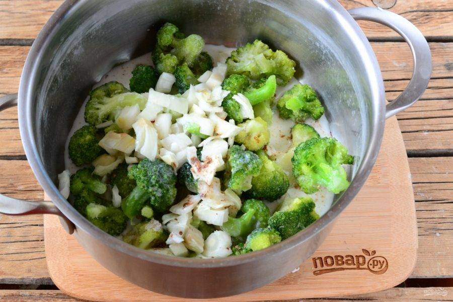 Затем всыпьте соль и специи, добавьте сливки, поставьте на огонь и доведите до кипения.
