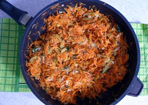 3. Для начинки необходимо очистить и измельчить овощи: луковицы и перец — нарезать, а морковь — натереть на терке. На сковороде разогрейте растительное масло. Отправьте туда сначала лук, затем, через пару минут, морковку и перец. Обжарьте овощи до готовности, остудите их. Добавьте измельченную зелень и (при желании) чеснок.