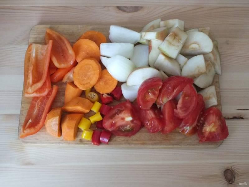 Овощи и яблоки нарежьте на кусочки.
