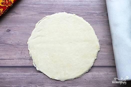 Тесто перемешиваем до однородности. Даем ему постоять полчаса. После делим на части и раскатываем лепешки под размер сковороды (толщиной в пару миллиметров).