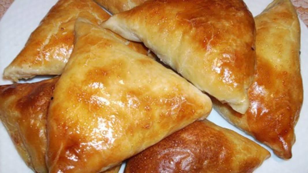 6. Подается самса с сыром из слоеного теста в горячем и даже в холодном виде.