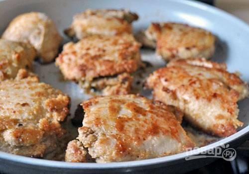 4. В сковороде разогрейте масло и поместите в нее мясо. Обжарьте бедрышки по 4 минуты с каждой стороны до золотистого цвета.