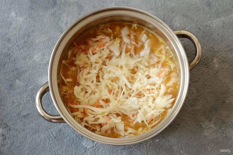 Затем добавьте квашеную и свежую капусту. Посолите, поперчите по вкусу. Варите до мягкости капусты.