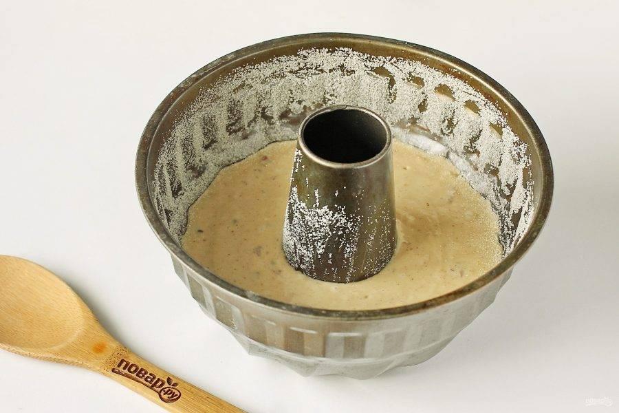 Перелейте тесто в форму для выпечки. Дно и бока предварительно смажьте маслом и присыпьте мукой или манкой. Выпекайте в духовке при температуре 180 градусов около 30 минут.