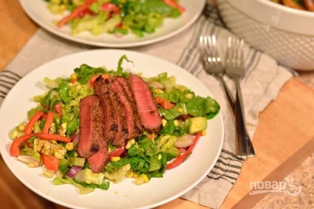 5. Выложите остывшее мясо к овощам и подавайте салат к столу.  Приятного аппетита!
