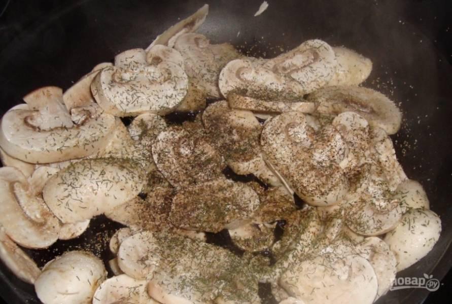 Пока печется картошка, сделайте для нее соус. Для этого вымойте и обсушите шампиньоны, нарежьте их на пластинки. В сковороде разогрейте растительное масло, выложите в нее шампиньоны. Добавьте к ним соль, перец, специи и измельченный зубчик чеснока. Обжаривайте пять минут, постоянно помешивая.