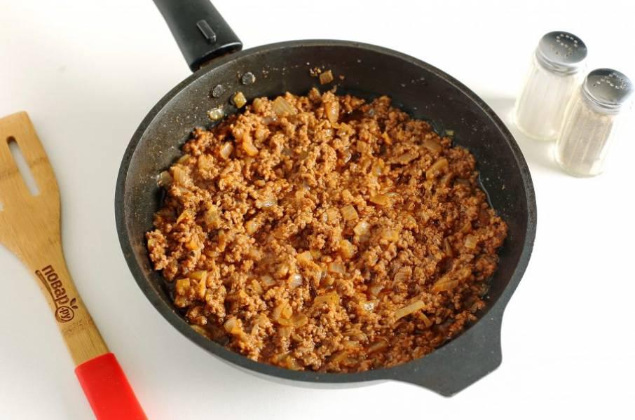 Затем добавьте томатную пасту, соль и специи. Готовьте все вместе еще около 3 минут.
