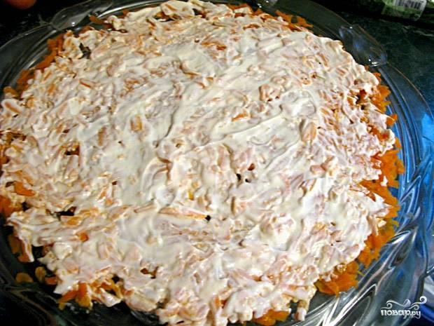 """Теперь слоями выкладываем салат """"Птичка"""". Первый слой - тёртая варёная морковь. Выложите кругом и смажьте майонезом."""