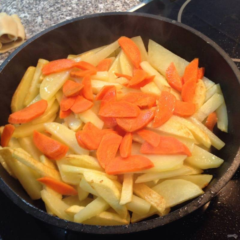 3. В середине жарки отправляем морковь. Жарим, постоянно помешивая.