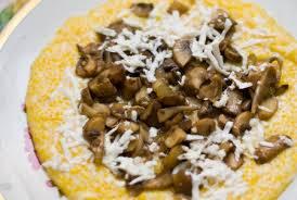 Бануш приготовился. Выкладываем его его на тарелку (можно придать ему круглую форму, как на фото). Сверху поливаем грибным соусом. По желанию можно покрошить еще брынзы. Приятного аппетита!
