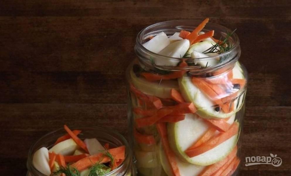 Простерилизуйте банки и выложите в них слоями кабачки и морковь, чередуя их между собой. Также не забывайте добавлять мытую зелень укропа, перец горошком и дольки зубчиков чеснока.