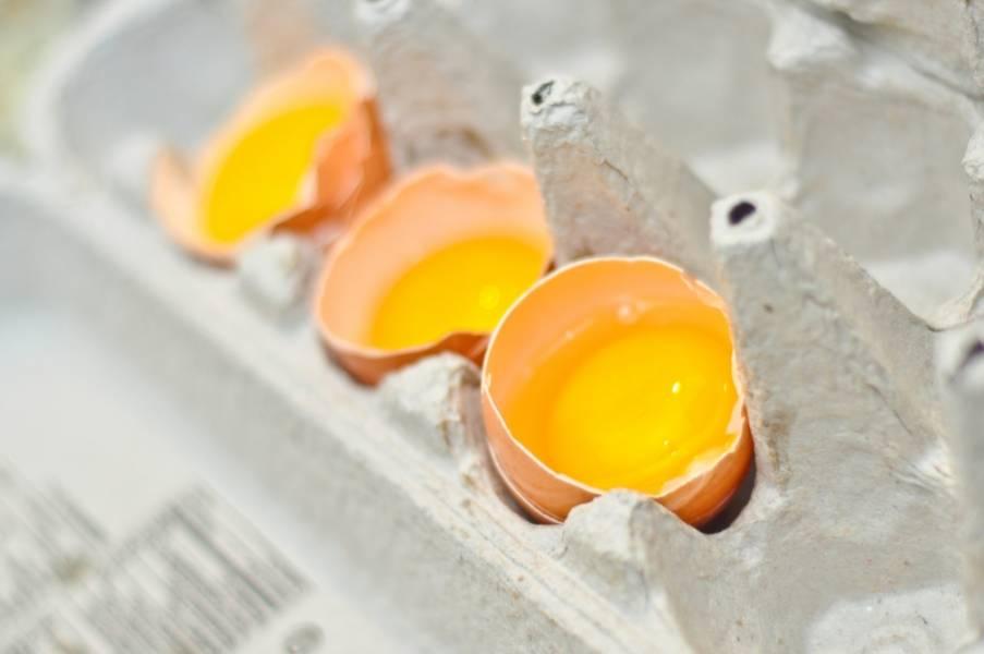 Отделяем белки от желтков.