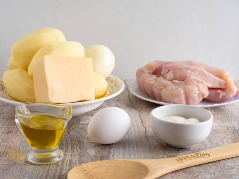 Подготовьте все необходимые ингредиенты. Картофель и лук почистите и помойте. Куриное филе тоже помойте и промокните бумажным полотенцем.
