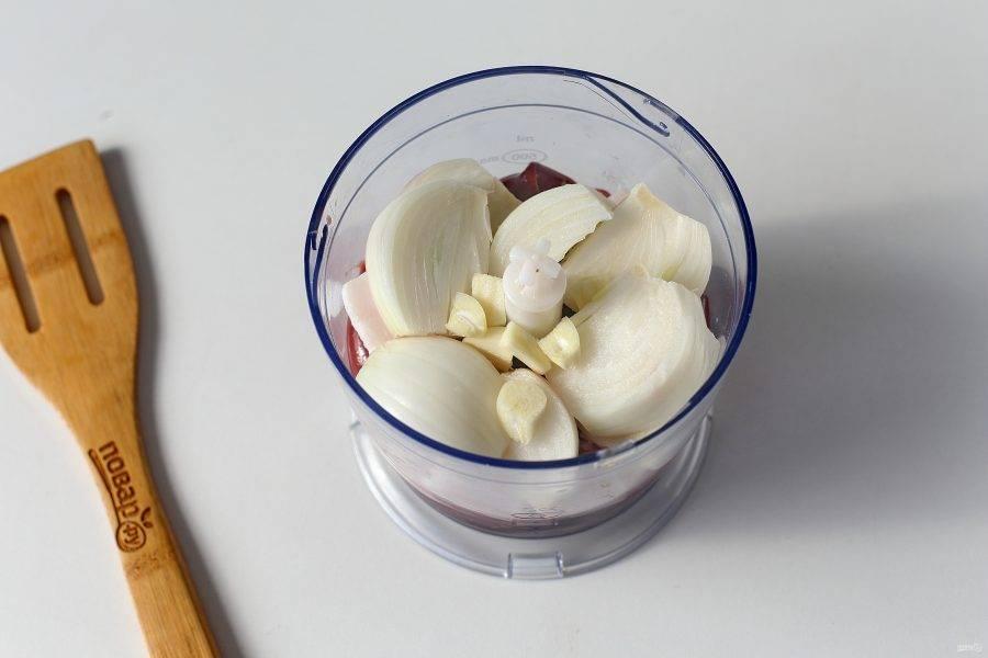 Добавьте нарезанное кусочками сало, нарезанный на части лук и чеснок.