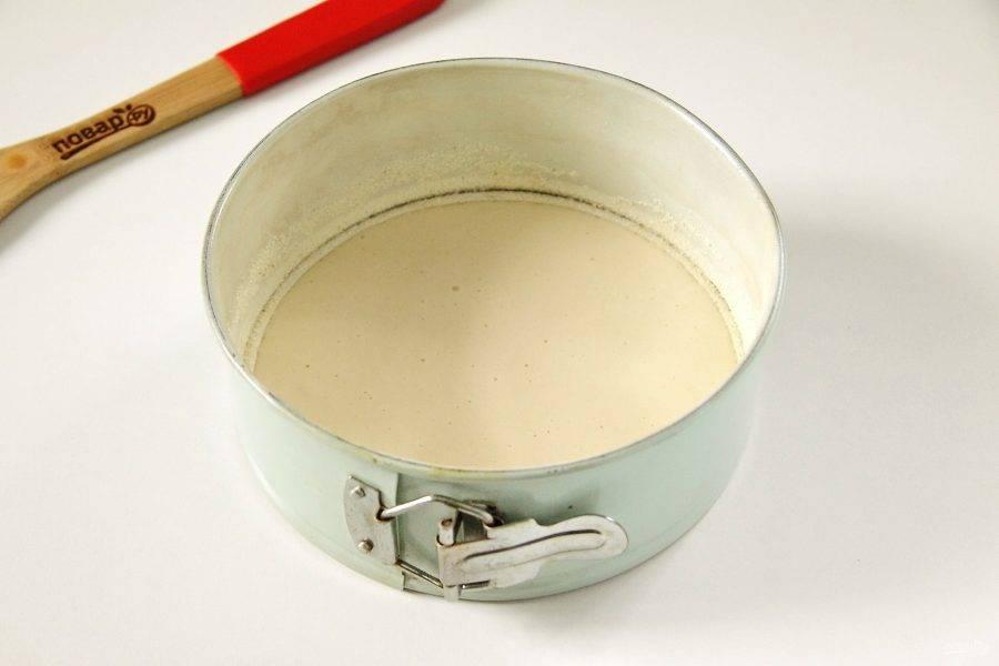 Форму для выпечки смажьте маслом. Если сомневаетесь в своей форме, можно дополнительно дно и бока посыпать манкой. Вылейте половину теста.