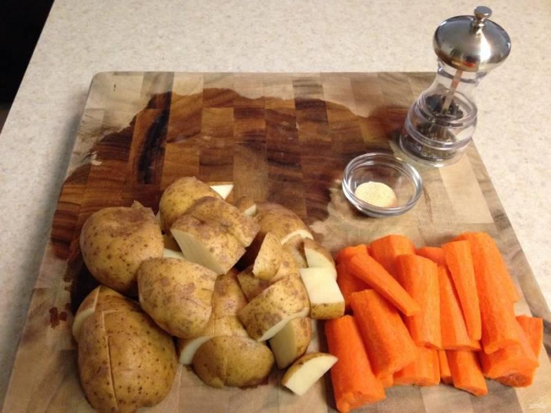 Овощи хорошо вымойте и нарежьте крупно. Я молодой картофель не очищаю.