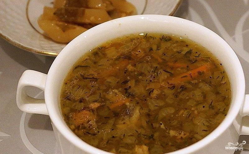 4.К готовой гречке добавляем поджарку, после этого бросаем тушенку, перемешиваем и варим 5-7 минут, солим и перчим, добавляем специи, выключаем суп. Готовый суп настаиваем 5-10 минут под закрытой крышкой, после этого подаем порционно с кусочками печеного перца.