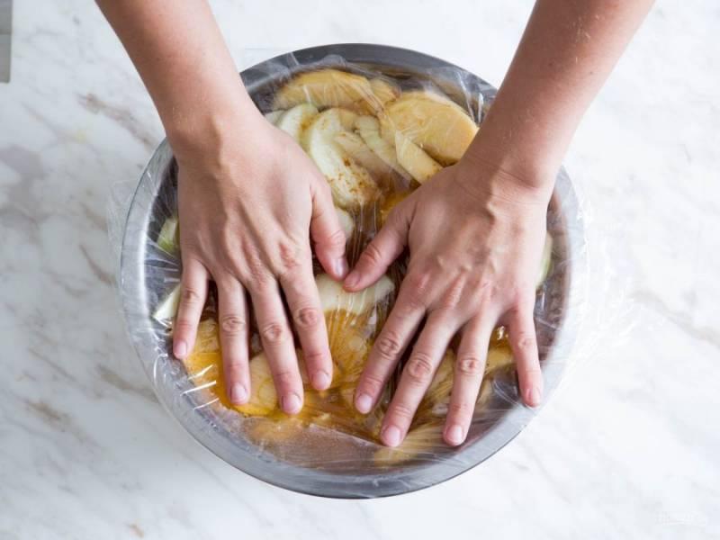 Накрываем яблоки пленкой и оставляем на 10 минут в таком виде.