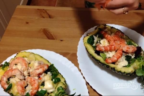Украсьте салат отварными тигровыми креветками и сёмгой. Приятного аппетита!