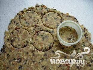 Затем вырезать печенье формочкой.