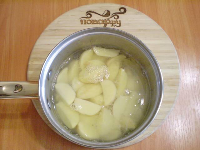 2. Очищенный картофель выложите в кастрюлю. Залейте кипящей соленой водой и отварите на медленном огне до полуготовности, не дольше 10 минут.