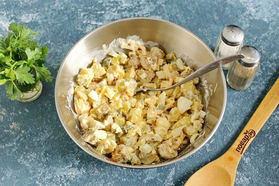 Заправьте салат майонезом, посолите и поперчите по вкусу. Салат из консервированных шампиньонов готов.
