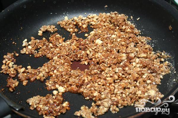 3.Очищаем грецкие орехи, мелко их нарезаем и высыпаем в сахар, хорошо перемешиваем. Они должны полностью покрыться сахарной глазурью. Затем на предварительно приготовленную фольгу их выкладываем и даем время остыть.