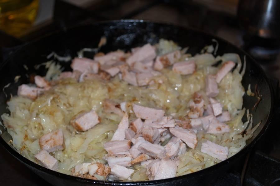 На растительном масле обжариваем капусту. Солим, перчим, добавляем нарезанное мясо.